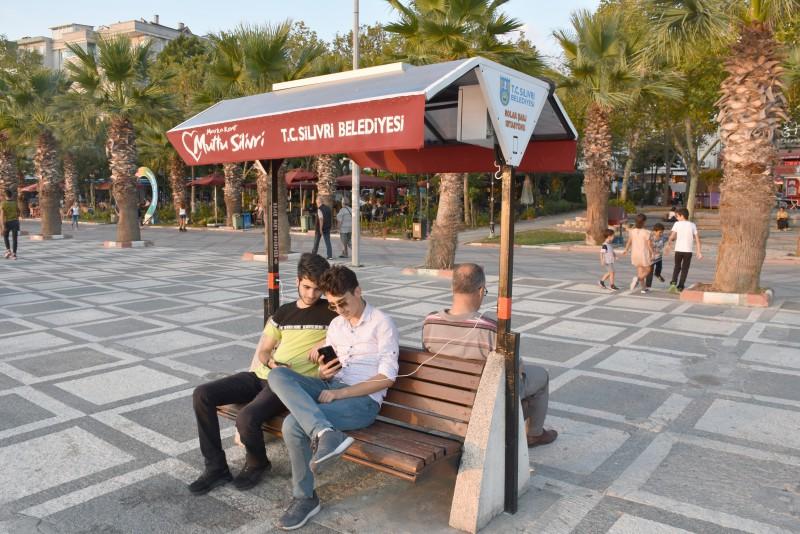SİLİVRİ SAHİLİ'NE ÇEVRE DOSTU BANKLAR